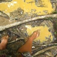 Blootsvoets de jungle door modderen