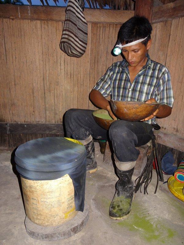 Cornelio mengt en zeeft de cocabladeren